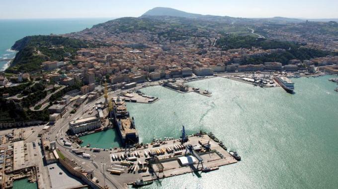 Porto di Ancona: Finanza sequestra prodotti contraffatti