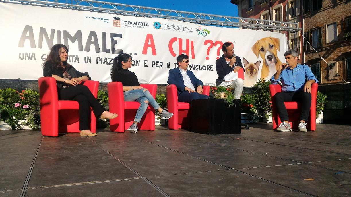 """Cani e umani in piazza per lo spettacolo """"Animale … a Chi?"""