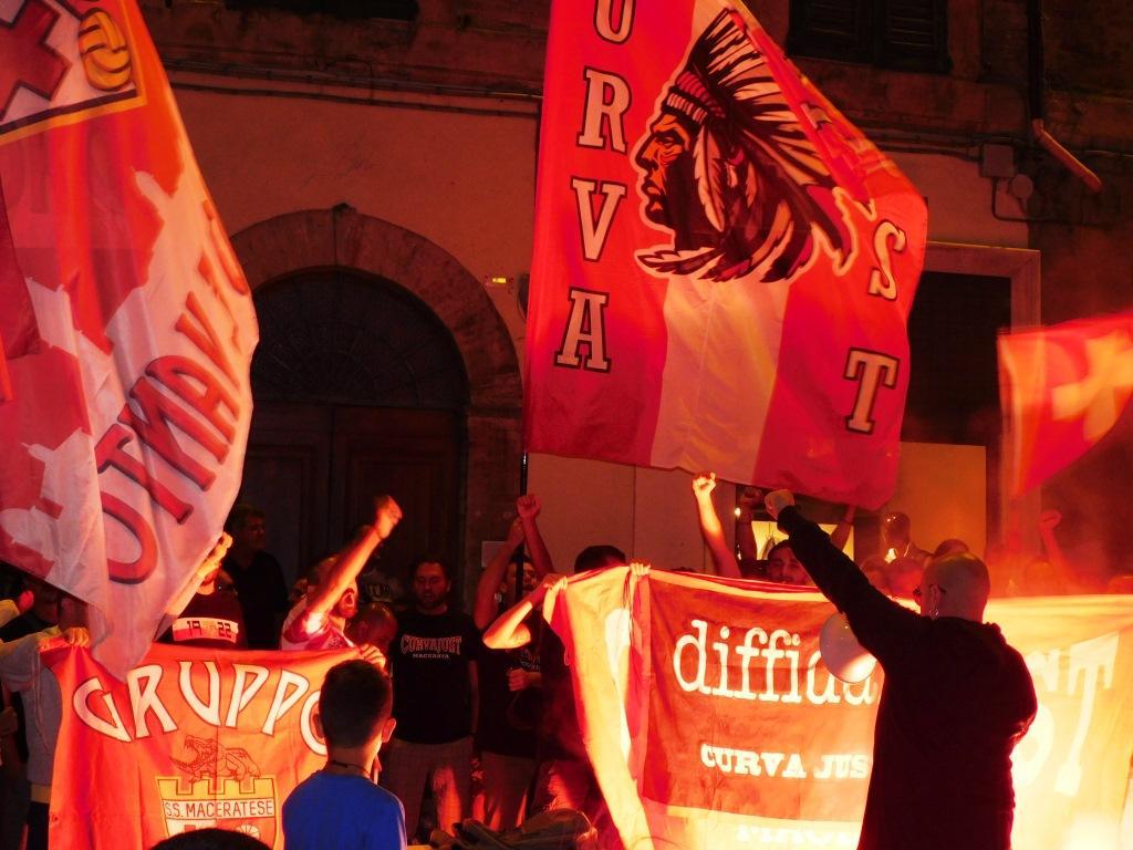 Presentazione in piazza della Maceratese, festa dei tifosi