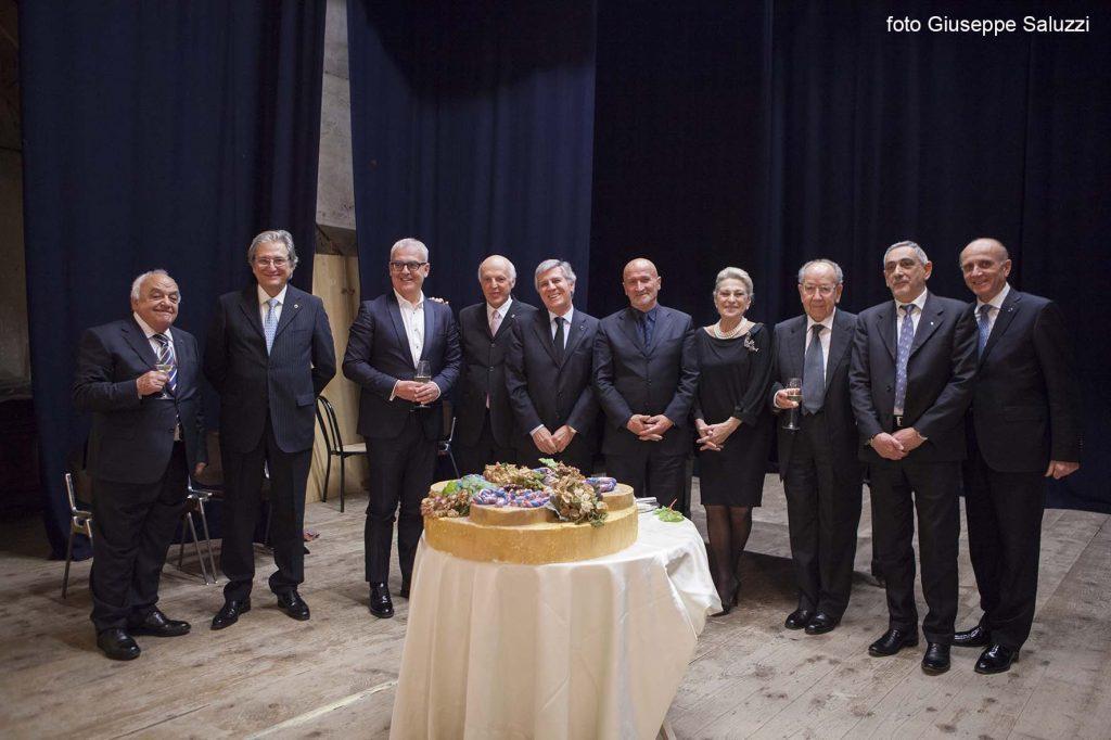 il-consiglio-direttivo-della-filarmonica-insieme-al-sindaco-romano-carancini-e-al-presidente-accademia-italiana-della-cucina-ugo-bellesi