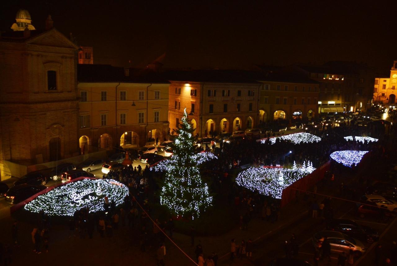 San Severino Marche, piazza del Popolo si illumina con un milione di luci