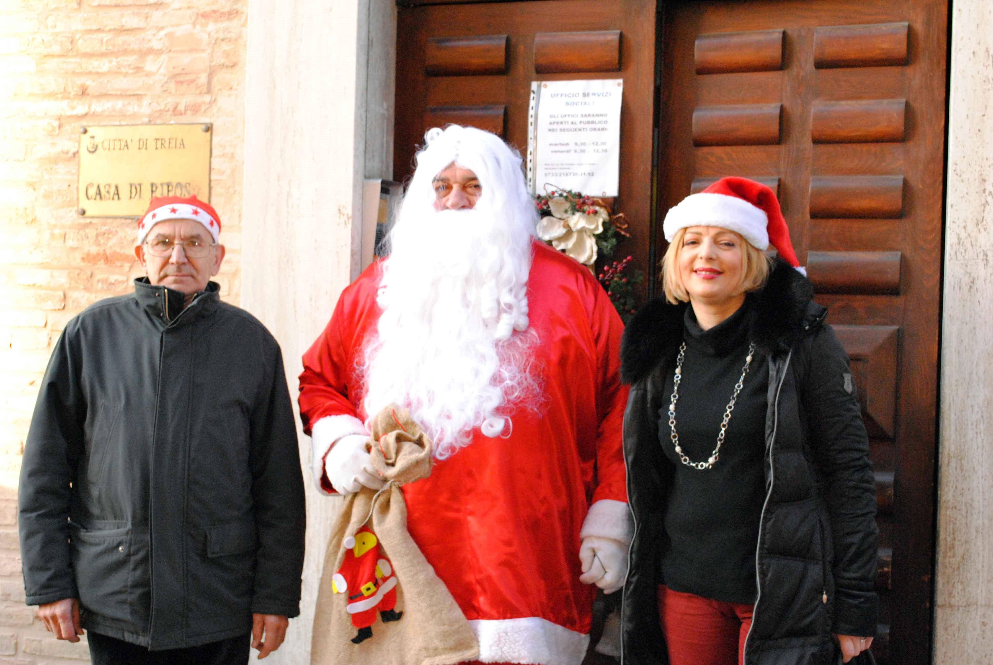 Treia, Babbo Natale alla Casa di riposo e tra gli alunni della scuola Palladini