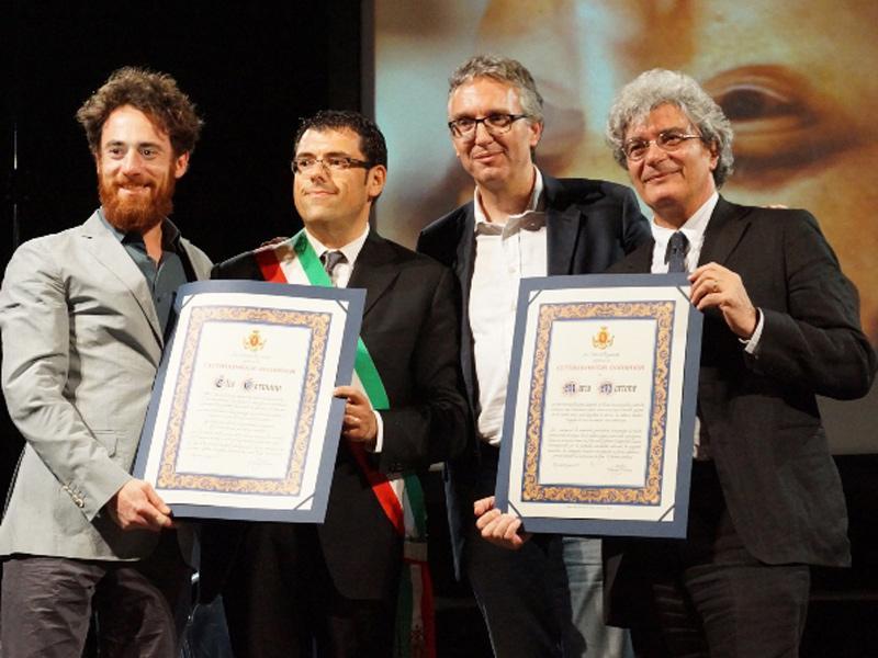La cittadinanza onoraria a Elio Germano (a sin.) e Mario Martone (a des.), al centro Francesco Fiordomo e Luca Ceriscioli