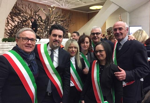 """Il sindaco Capponi all'udienza: """"Papa Francesco conosce la città gemellata con Treia"""""""