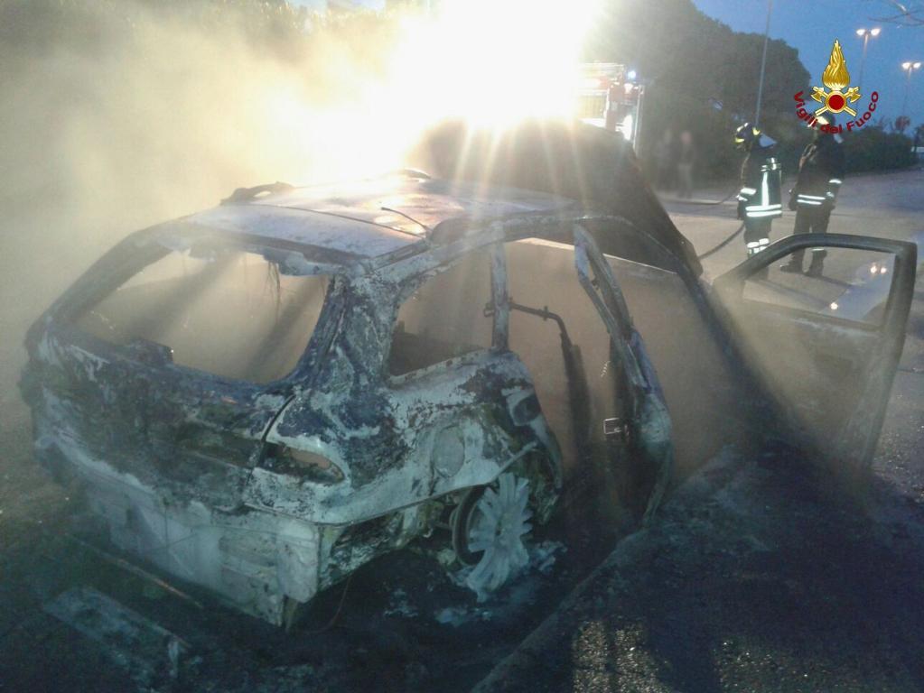 Auto in fiamme a Porto Recanati, vettura in bilico su ponte a Fabriano