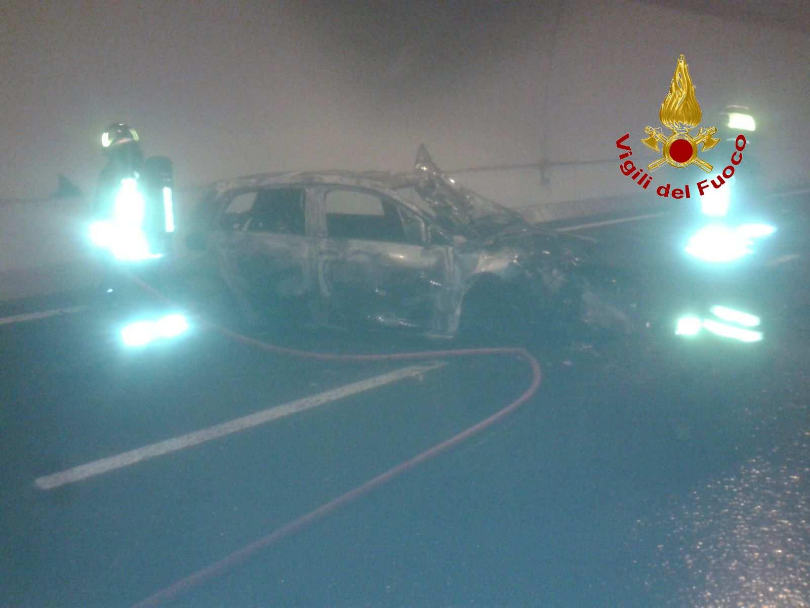 Muccia, auto tampona e si incendia in galleria della superstrada