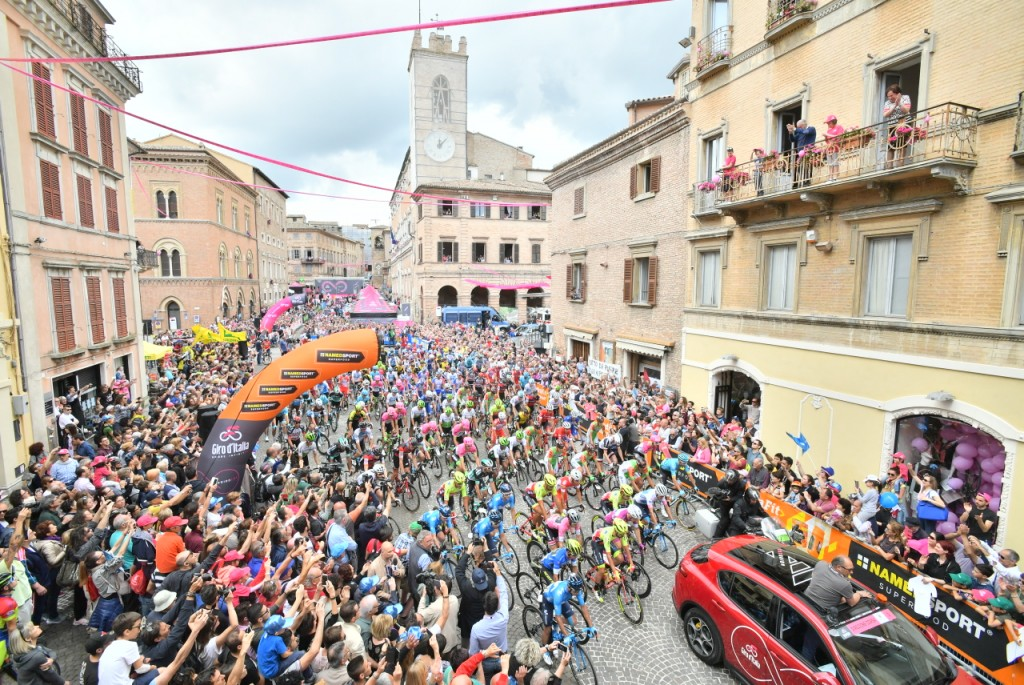 Osimo saluta il Giro d'Italia, a Imola vince Sam Bennett