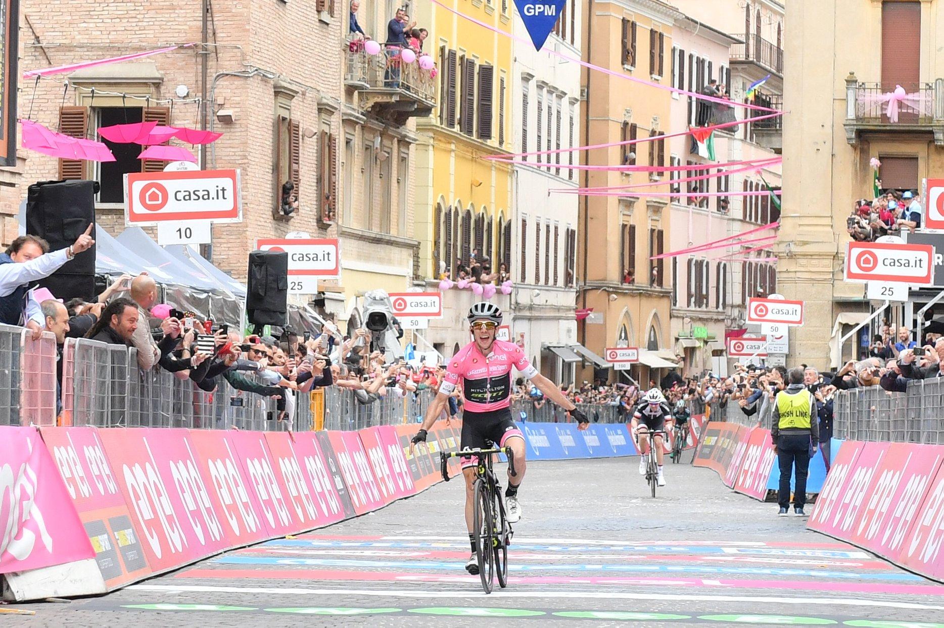 Giro d'Italia, Simon Yates trionfa sul traguardo di Osimo