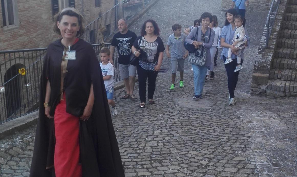 Loro Piceno, turisti alla scoperta del borgo medievale