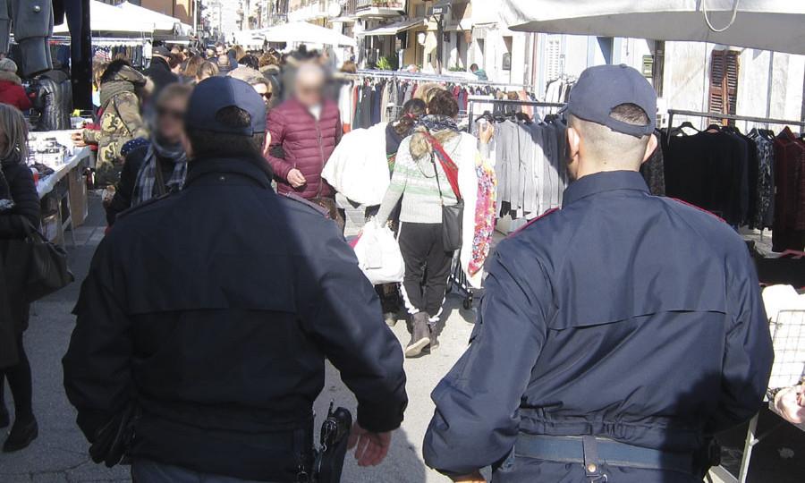 Polizia al mercato di Civitanova Marche, fermato spacciatore