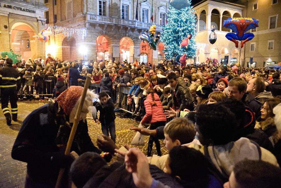 La Befana a Macerata, festa in piazza della Libertà
