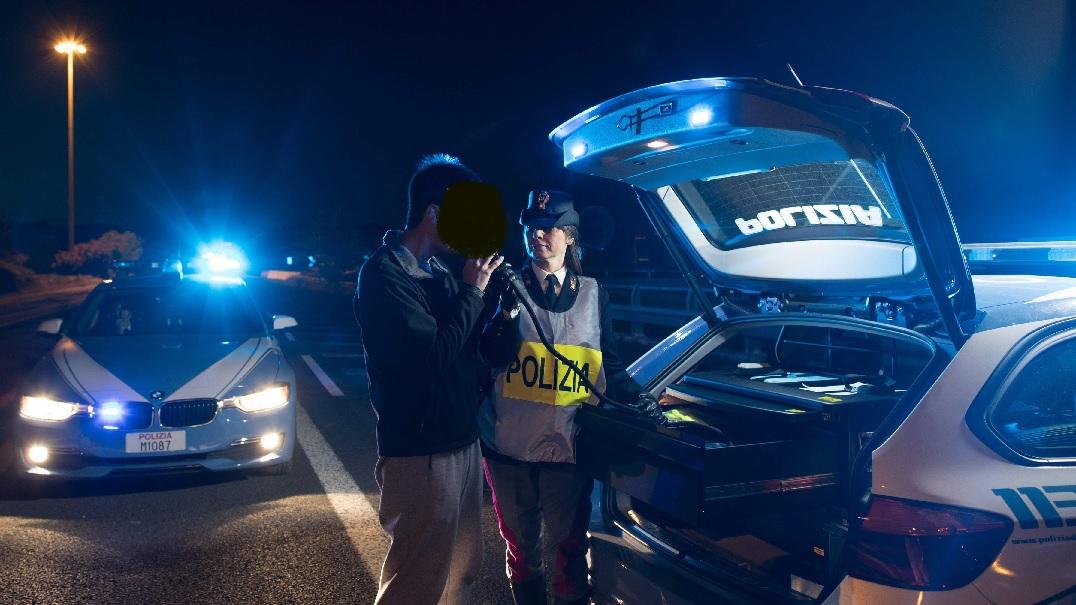 Controlli notturni a Civitanova Marche, la Polizia ritira 17 patenti