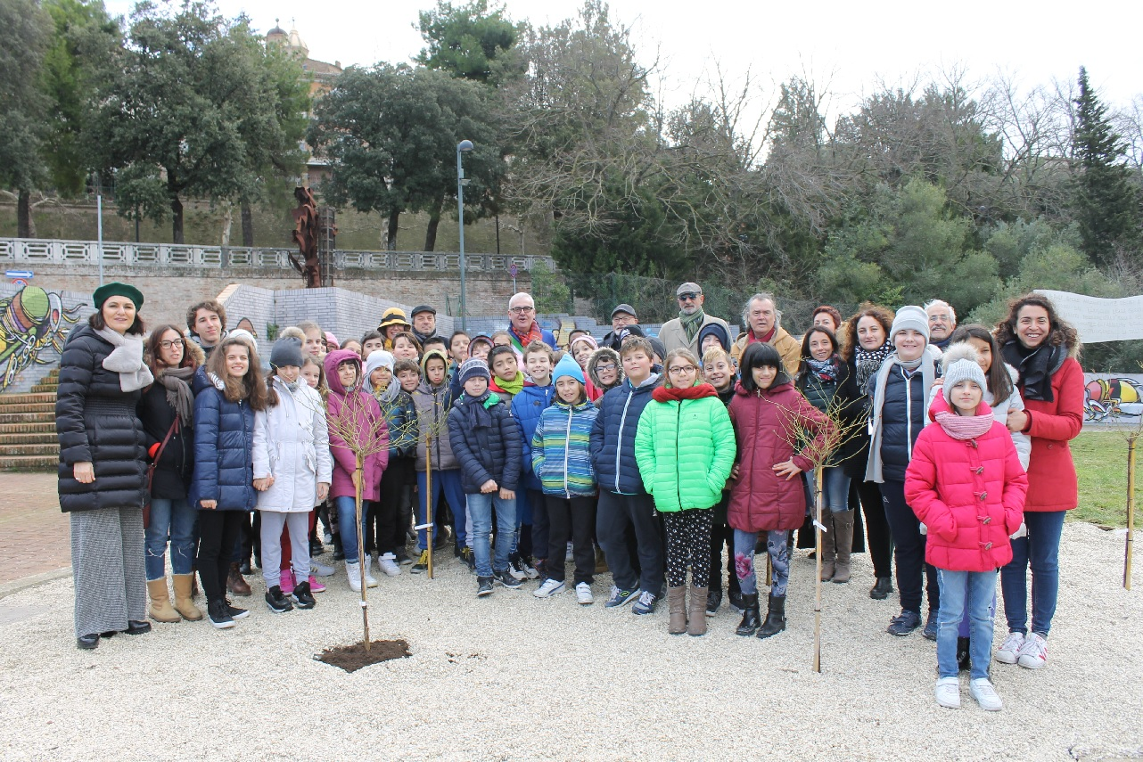 Macerata, piantate 20 rose bianche in memoria di bambini ebrei