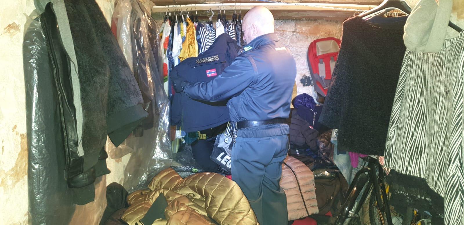 A Civitanova sequestrati hashish e abbigliamento contraffatto