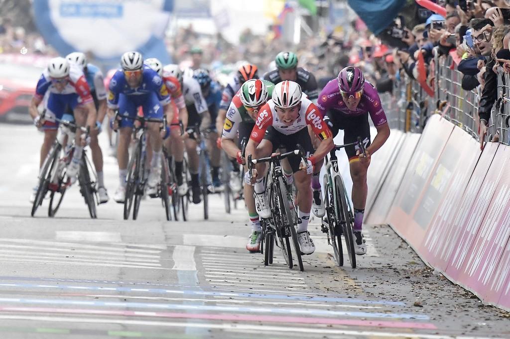 Giro d'Italia, a Pesaro vince in volata l'australiano Caleb Ewan