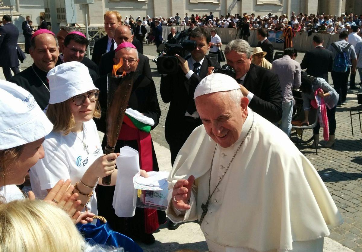 Pellegrinaggio, Papa Francesco ha benedetto la Fiaccola della Pace