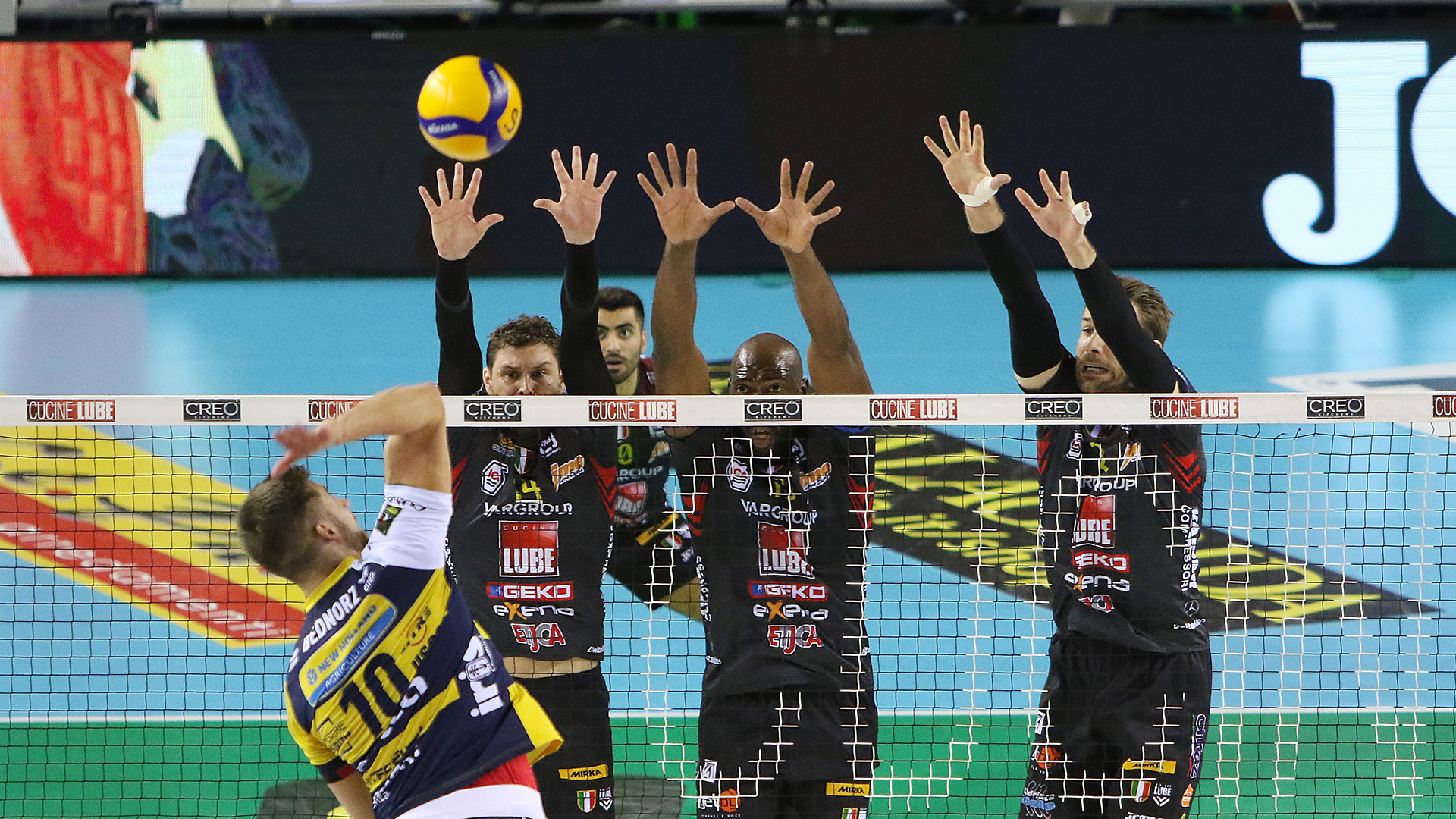 Lube-Leo Shoes Modena 3-0, big match e primato ai biancorossi
