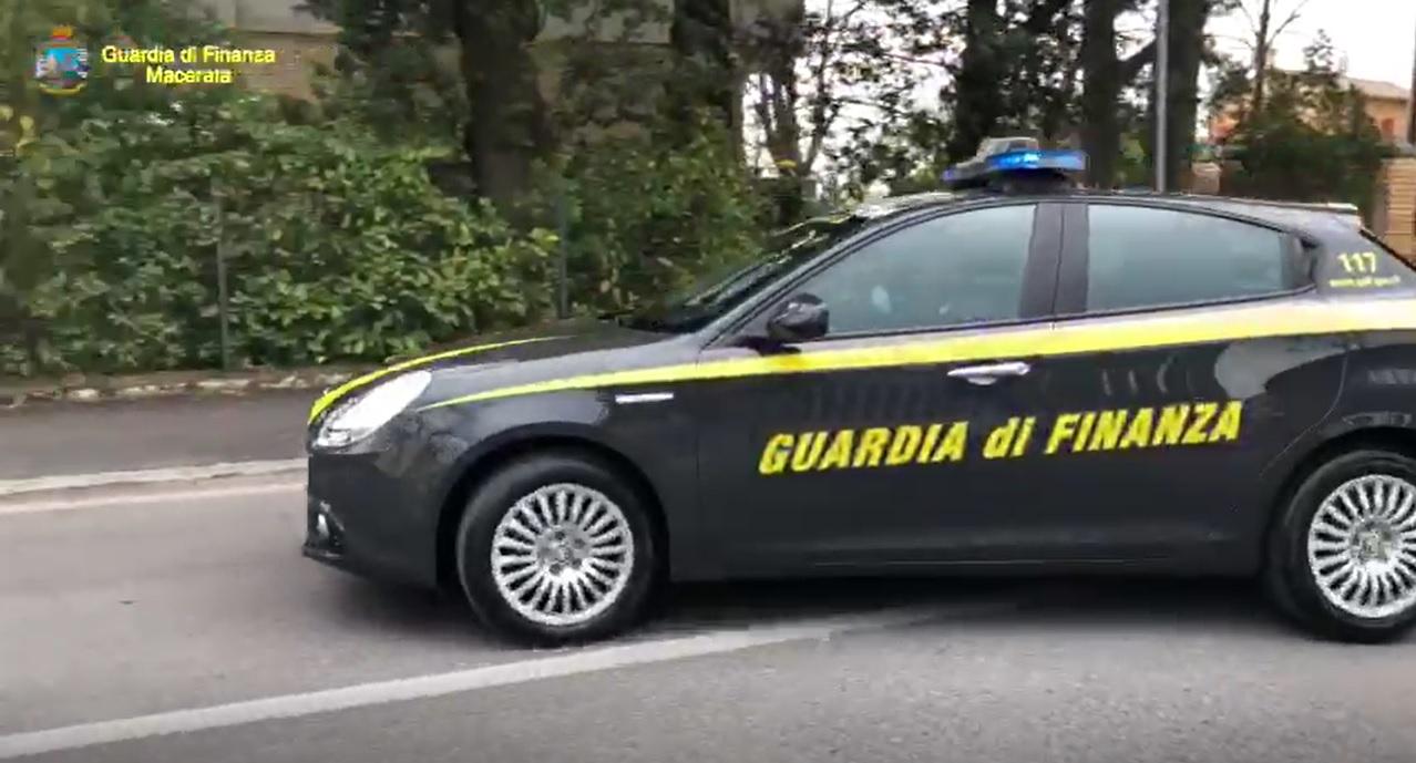 Finanza arresta civitanovese, forzato posto di blocco e droga