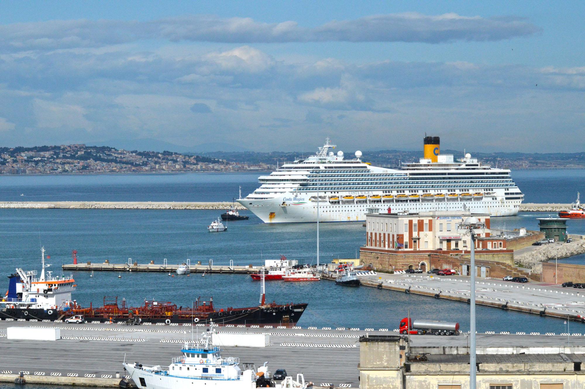 Costa Magica al porto di Ancona, oggi i tamponi all'equipaggio