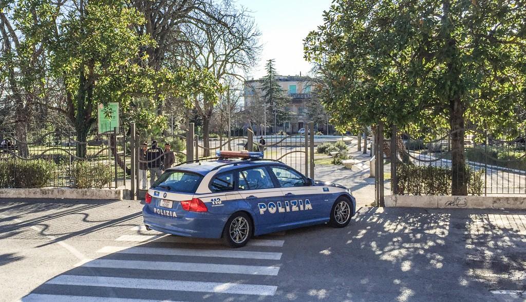 Macerata, operazione antidroga con tre poliziotti feriti