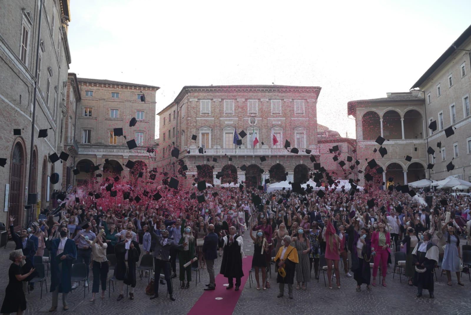 Università di Macerata, il lancio dei tocchi chiude Graduation Day