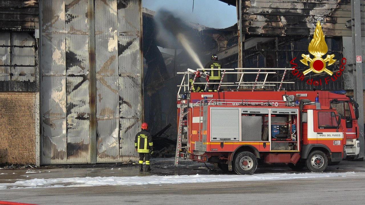 Incendio al porto di Ancona, migliora la qualità dell'aria