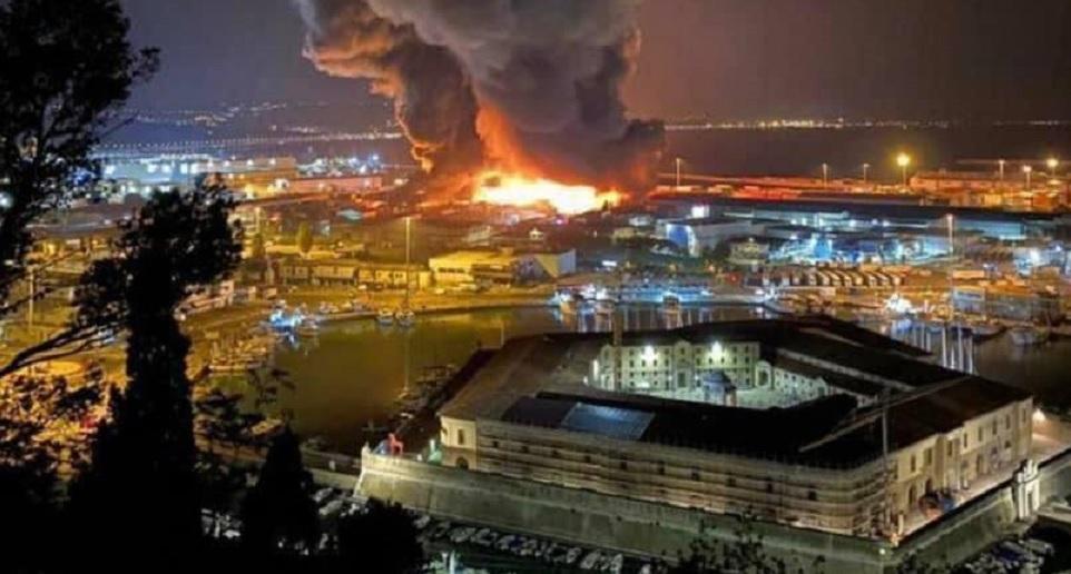 Incendio al porto di Ancona, attese le analisi dei fumi nell'aria