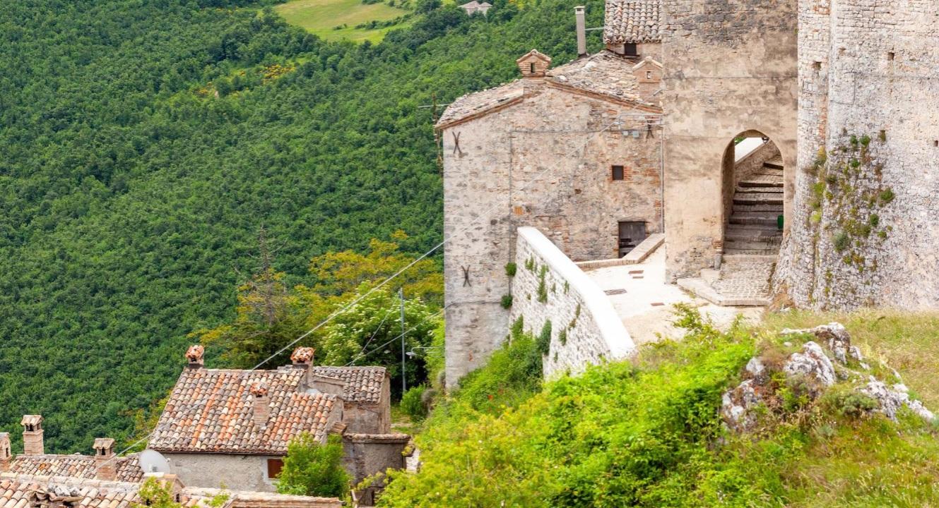 Elcito, il fascino del Borgo dove si incontrano le nuvole